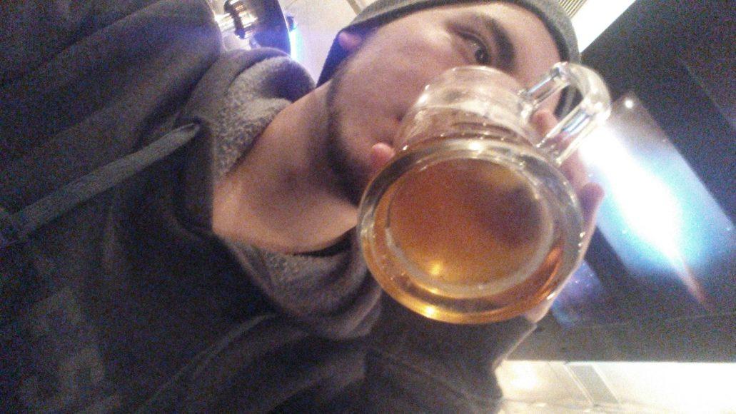 Como buen valdiviano, una cerveza le viene bien al cuerpo.