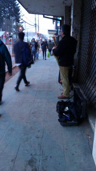 El saxofón robándose la película en la calle.
