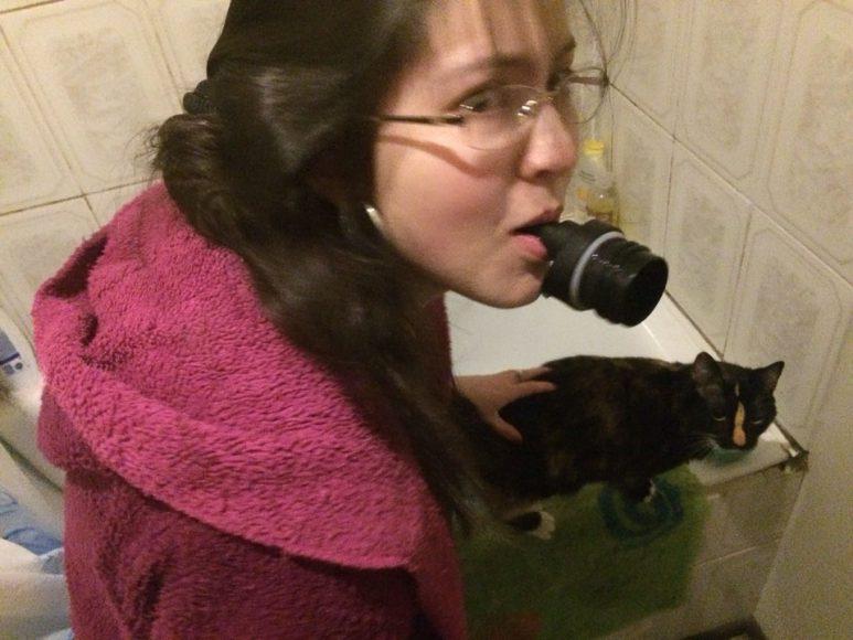 A mi gata Dory le encanta tomar agua en el baño, aunque tiene su propia agua en el primer piso, así que le tengo un pocillo celeste para que tome desde ahí. En ese momento le estaba cambiando el agua.