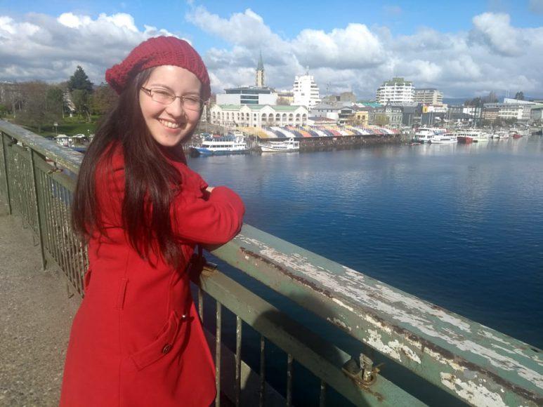 Lo mejor es caminar por el puente y ver el río.