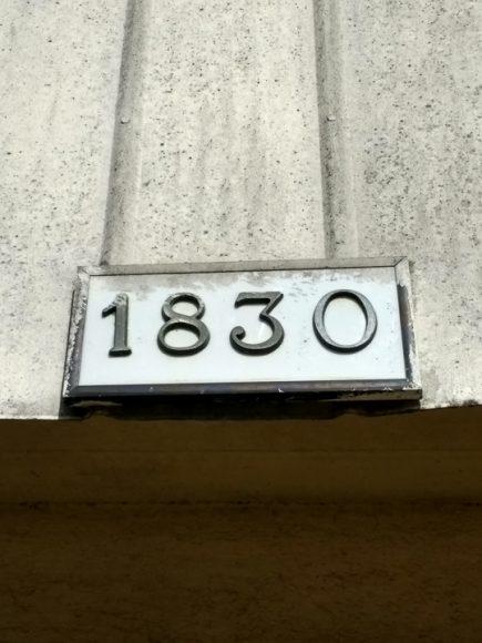 Los números de la foto pertenecen a la dirección de mi casa, a lo largo de mi vida he vivido en muchas casas, anteriormente vivía en una numerada 1313. El número de mi casa anterior era muy chistoso para mis amigos por la referencia coqueta que este tenía, me arrepiento de no haber sacado una foto como está a mi casa anterior.