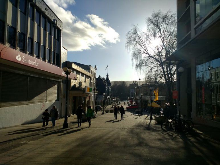 Son fans de Valdivia y sus calles, sobre todo esos días de sol con frio, cuando el cielo esta azul pero el viento te rompe la cara.
