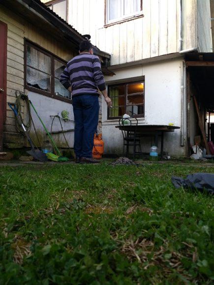 Mi papá fumando, creo que esta imagen de mi papá y su cigarro trasciende cualquier casa, cualquier patio, cualquier cigarro. Es que mi papá fuma desde que lo conozco.