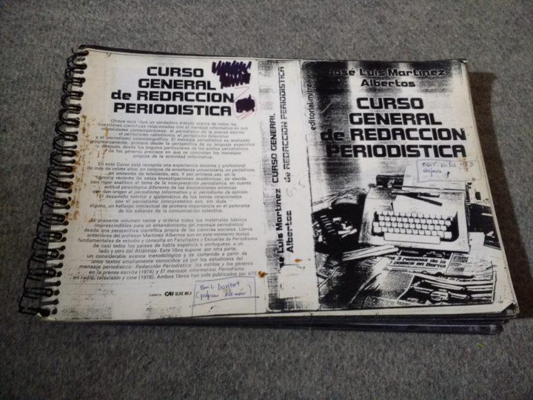 El libro de José Luis Martínez Albertos, mi propósito es leerlo antes de fin de año. Muy buena recomendación del profe Inzunza, apuesto que él ni se imagina que tengo este libro.