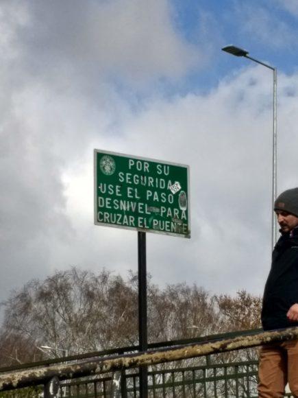 Ojala los perritos que cruzan el puente de un lado a otro, pudieran leer este cartel. ¡POR SU SEGURIDAD!