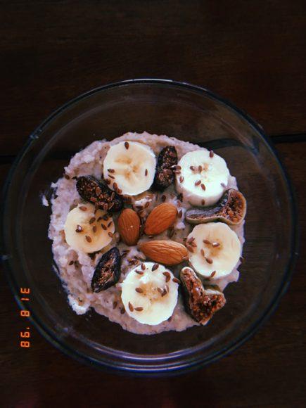 Desayuno de avena, plátano y frutos secos, con semillas de linaza.