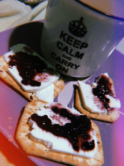 Once con mis galletas favoritas junto a un tazón con leche.