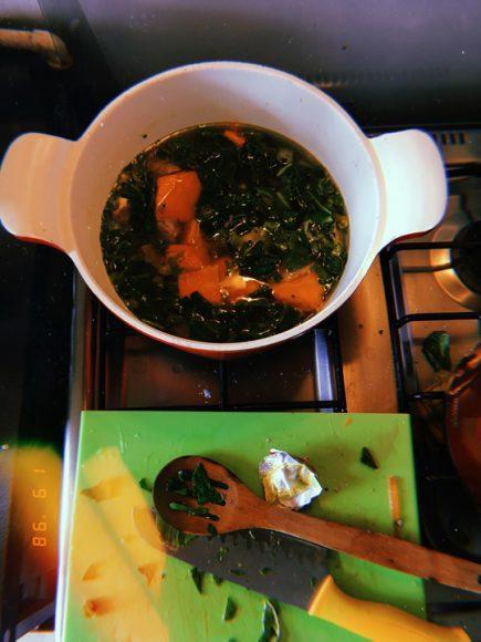 Carbonada en proceso de cocción, junto a mis implementos para cocinar.
