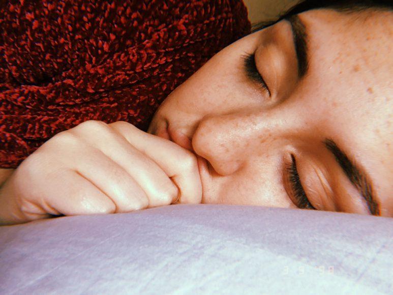 A punto de tomar una siesta, después de haber llegado de clases.