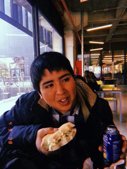 """Mi amigo """"tarro"""", comiéndose un ave palta en el edificio Pugín."""