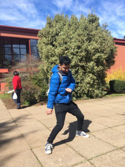 """Compañero """"Ricky"""" bailando salsa una tarde en la universidad."""