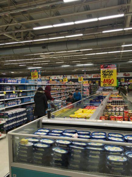 Supermercado una tarde vacía donde se pueden observar sus productos.