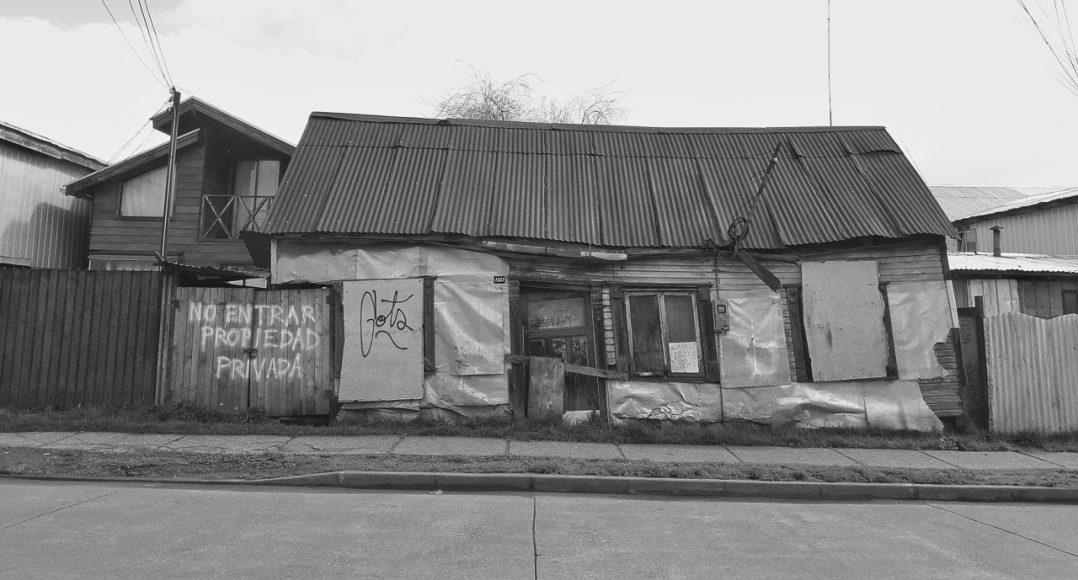 Esta casa es una de las tantas casas viejas que dan vida a Barrios Bajos, casas tan antiguas que cayeron con el terremoto del 60 y nunca mas arreglaron, o que su madera es tan antigua que ya no soportaba mas y se empezó a derrumbar de a poco.