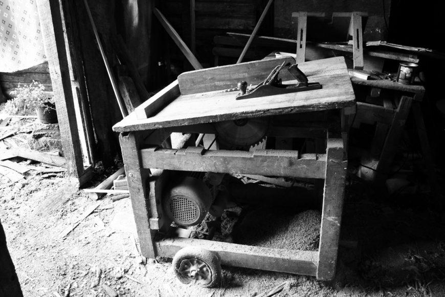 El taller del abuelito de mi pololo, el Feña como le dicen es un mueblista de 80 años, el que dedicó toda su vida a trabajar la madera, lo que lo llevó a quedar completamente sordo.