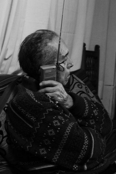 Mi tata, un hombre que a pesar de sus pocos estudios está lleno de conocimientos. De el heredé mi gusto por el estudio, la mayor parte de su día lo pasa escuchando las noticias en la radio, leyendo el diario o viendo los noticiarios en la tele. No hay noticia que el no sepa, es un hombre que solo llegó hasta la enseñanza básica, pero que ama leer, por lo mismo los regalos que a menudo le dan son radios, libros de la historia de Chile, o cosas así.