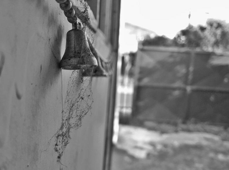 Esta imagen retrata unas campanas que están colgadas en la puerta que da hacia el patio de mi casa, siento que las telarañas le dan un toque antiguo a la foto, bueno quizás es solo mi percepción.