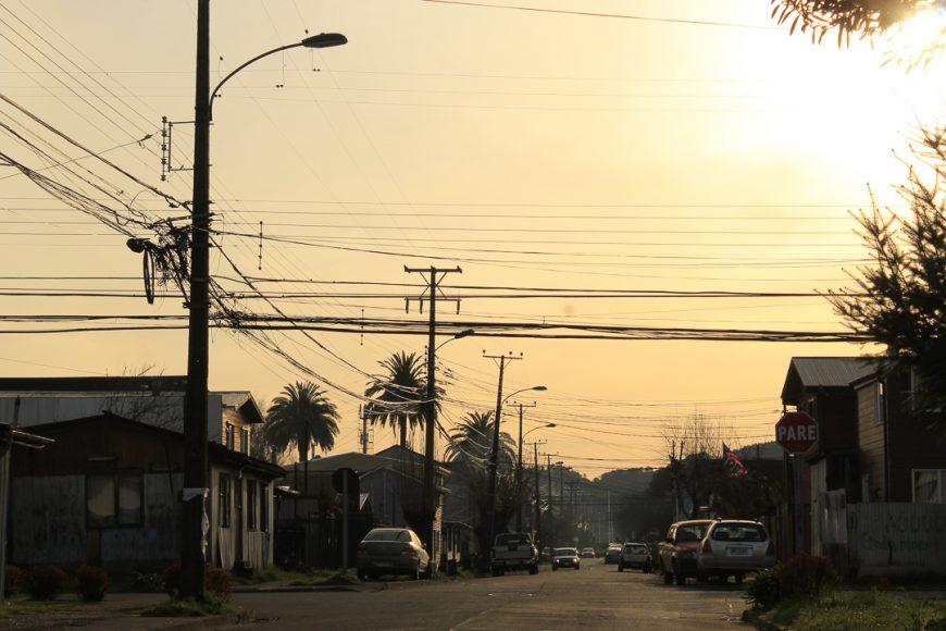 Esta imagen fue tomada desde la entrada de mi casa, los colores del atardecer le dan un toque a una fotografía que muestra lo antiguas que son las casas acá en Barrios Bajos.