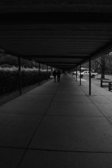 Por lo general los pasillos de la U. están llenos pero como está terminando el día solo dos lesos no quieren volver a su casa.