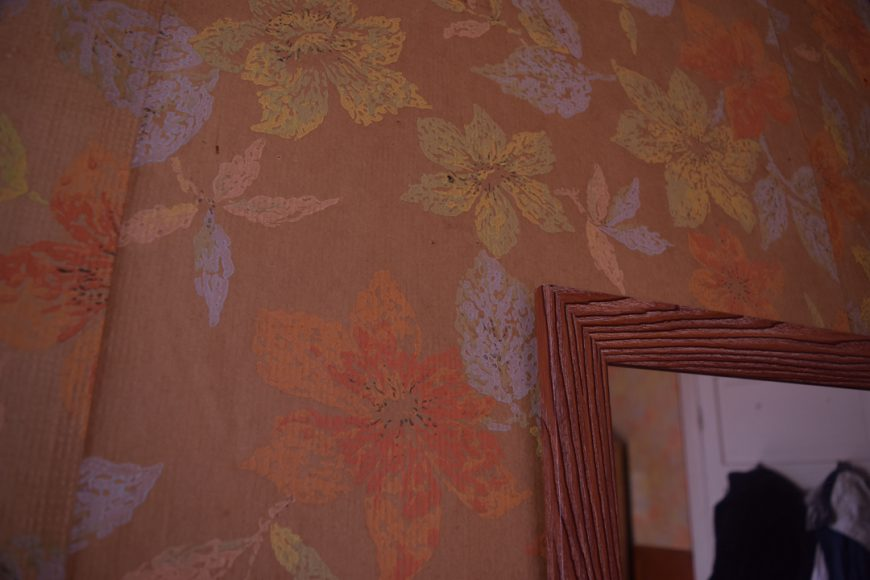 Ni tampoco es ajeno observar el tapizado de la pared sobre todo si es parte de tu entorno, la captura está de cerca, como en detalle, pero estoy seguro que de lejos es más alucinante.