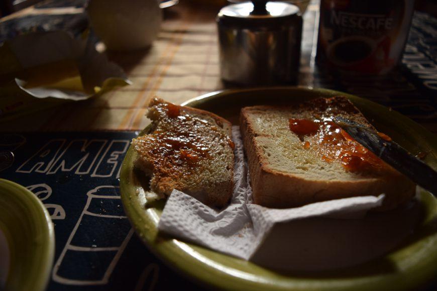 Una vez terminada la noche me levanto a comer alguna tostada con mantequilla o mermelada, tienen aquí en la casa que arriendo una casera, de dátiles en este caso, muy rica.