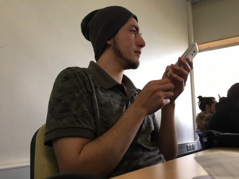 Mi compadre Roshi, presuntamente poniendo atención en clases, o posando como si no me diera cuenta.