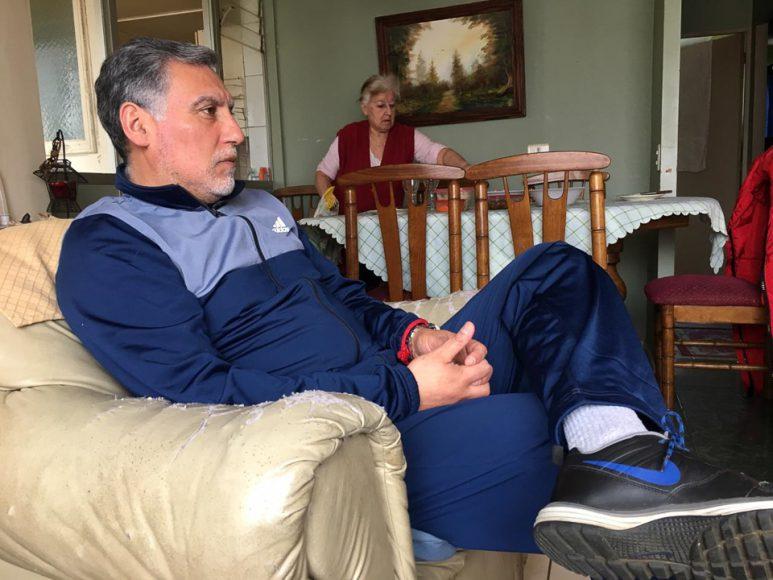 El tío Mauricio, amo y señor del fundo que me acoge. En la contraparte, su madre, una mujer que no se cansa nunca de trabajar.