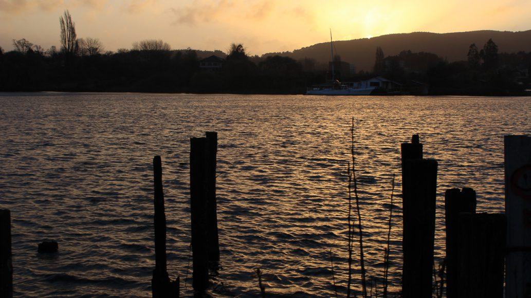 Dos partes de una tarde, dos formas de ver paisajes horizontales. El día va avanzando, y los colores que entrega la ciudad van cada vez perdiendo ese luminoso sol, esos colores calurosos transitan hacia a un tono medio, a un atardecer. Un atardecer al borde del río.