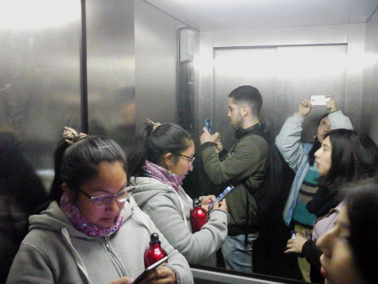 Aquí me puedo ver en una esquina tomando la foto. Estábamos dentro de un ascensor, nos vemos duplicados.
