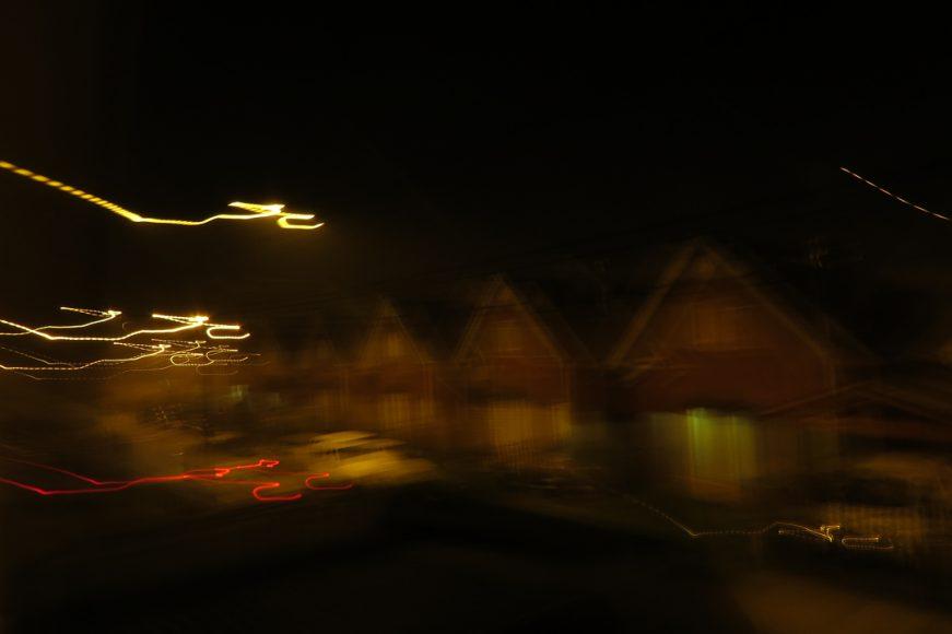 Traté de tomar una foto de noche desde mi ventana, pero sólo se capturaron luces en movimiento.