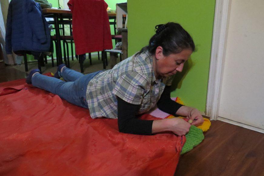 Captura de mi madre haciendo sus costuras. Recuerdo que estaba enojada esa noche porque estaba cansada y tenía que entregar el trabajo al día siguiente.