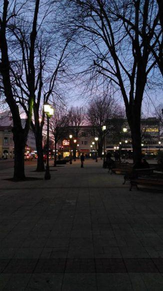 tarde noche en la plaza de Valdivia.