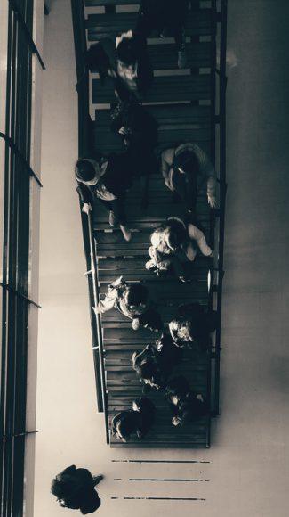 Alumnos saliendo de clases.