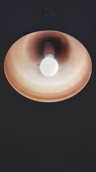 Una lámpara de cobre.