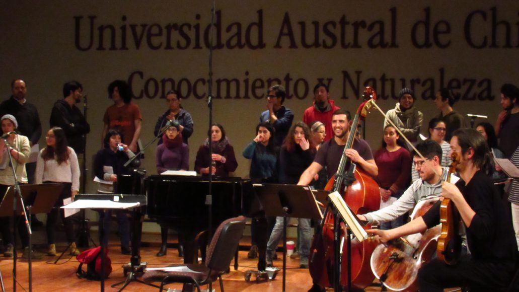Ensayo de la Orquesta junto al Coro de la UACh.