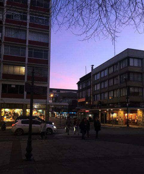 El día que volví a Valdivia, fui a comer a un local con mis amigos, la noche estaba bonita.