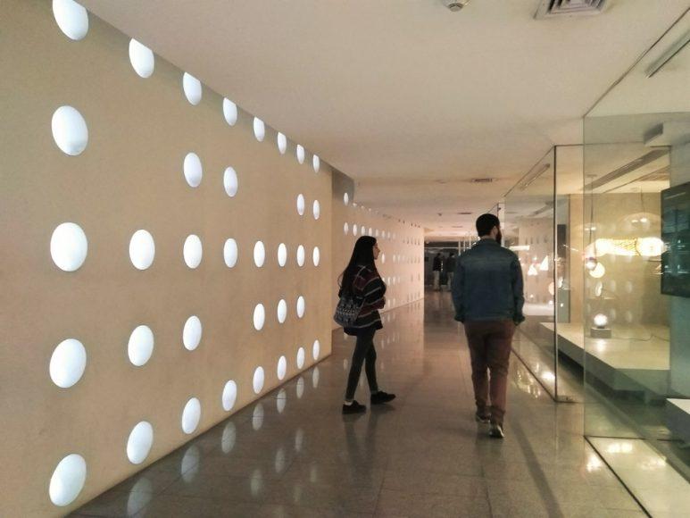 Mi pasillo favorito del Centro Cultural la Moneda, la luz que se proyecta por medio de los orificios de la pared es sensual.
