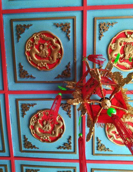 Continuando la práctica de observar hacia arriba se encuentran bellos detalles de los lugares que visitas.  La identidad de este lugar inspirado en China queda reflejada en sus colores, las formas que inspiran la decoración, los dragones, la lámpara y las formas, todo por sobre nosotros. Las paredes transmiten y expresan distintos sentidos, al ser percibidos de alguna forma nos comunicamos. Aprovechar nuestros sentidos y sentir nuestro entorno, es el mensaje.