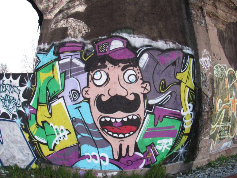 La expresión se apodera del cemento abandonado y plasma de color y movimiento el gris antiguo del ferrocarril. La vida en las paredes crea la ilusión de despertarlas de un sueño profundo.